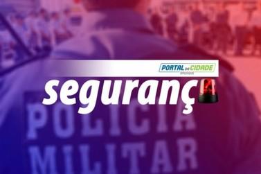 Policiais militares acompanham cumprimento de mandado de prisão