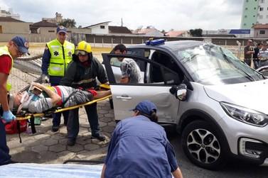 Vítima fica gravemente ferida em acidente envolvendo caminhão e carro