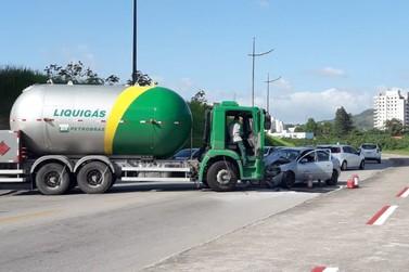Colisão entre caminhão da Liquigás e carro causa princípio de incêndio