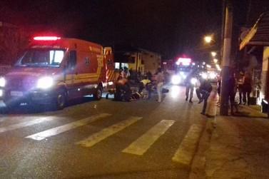 Colisão entre duas motocicletas e um carro deixa duas pessoas feridas