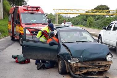 Duas pessoas se ferem em colisão envolvendo dois carros e uma moto