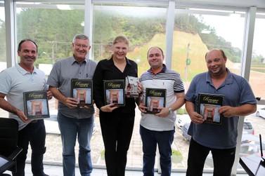 Escolas de Guabiruba recebem livro sobre a história da região