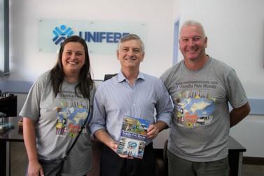 Família de Brusque que viajou o mundo presenteia Unifebe com livro autoral
