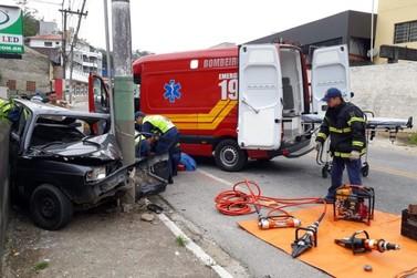 Homem fica em estado grave após colidir carro contra poste, na Primeiro de Maio