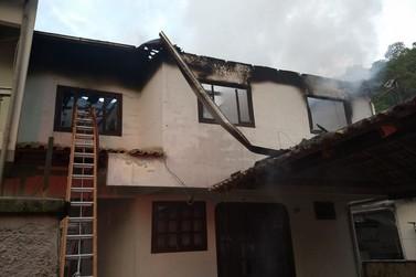 Incêndio destrói piso superior de casa, no Guarani