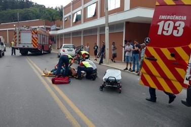 Motociclista fica levemente ferido em colisão contra carro