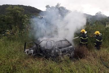 Carro abandonado é destruído pelo fogo, no Limoeiro