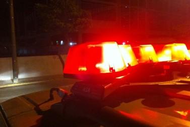 Homem é detido após danificar telefone público e placa de comércio, no Centro