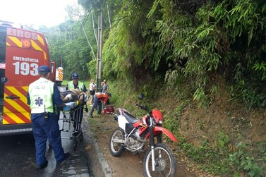 Jovens ficam feridos após caírem de moto, na Primeiro de Maio