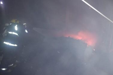 Malharia é atingida por raio e dominada por incêndio, no bairro Aymoré