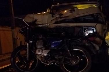 Motociclista de 23 anos morre em colisão contra carro e motorista foge do local