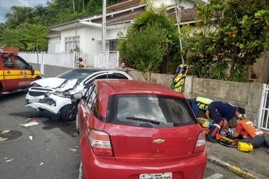 Ônibus do transporte coletivo de Brusque colide com carro, na Hercílio Luz