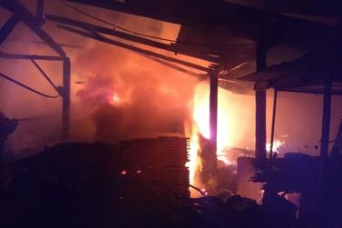 Rancho com animais, malhas e algodão pega fogo, no bairro Dom Joaquim
