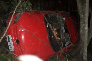 Veículo cai de ribanceira na rodovia Antônio Heil, bairro Nova Brasília