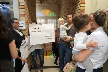 Grupo de pais protestam pelo fim do plantão nos Centros de Educação Infantil