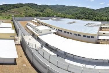 Detentos fazem três agentes penitenciários reféns em Itajaí