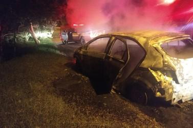 Após roubo, criminosos tentam fugir, ateiam fogo em carro e são detidos pela PM