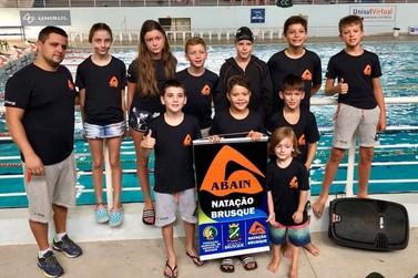 Atletas da natação Brusque participam do Sul Brasileiro Mirim Petiz