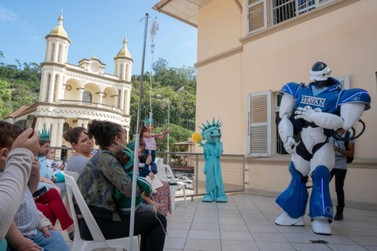Pacientes do Hospital Azambuja recebem visita de Robô da Havan