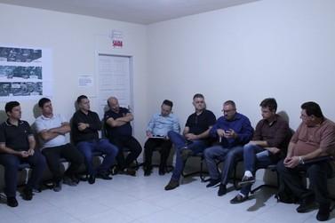 Autoridades e representantes comunitários discutem obras da rodovia Antônio Heil