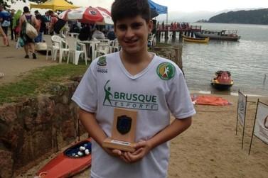 Nadador de Brusque nada 13 quilômetros em travessia de mar aberto