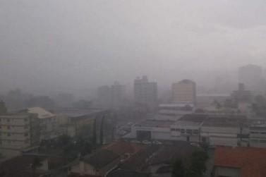 Após madrugada chuvosa, rajadas de vento chegam a 70 km/h no Litoral de SC