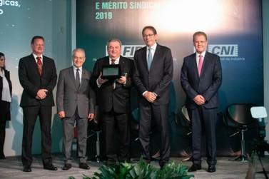 SIMMEBr é homenageado em cerimônia da Fiesc com Ordem do Mérito Industrial