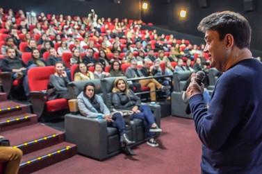 Aproximadamente 300 pessoas prestigiam palestra com Walter Rodrigues