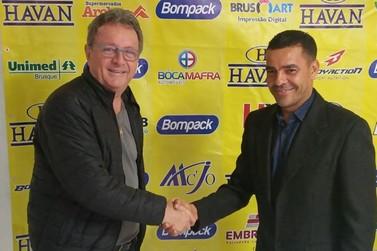 Brusque apresenta técnico Evandro Guimarães