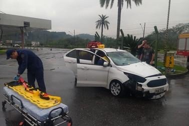 Carro atinge mureta e invade pátio de empresa no Bateas