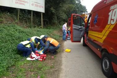 Ciclistas são encaminhados para Hospital Azambuja após acidente na Antônio Heil