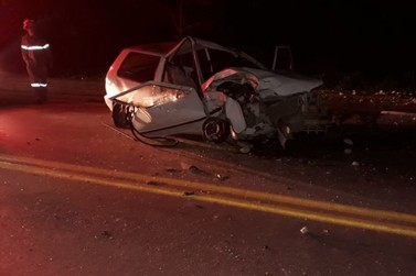 Homem de 39 anos morre e outro fica ferido após carro colidir contra poste