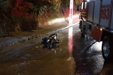 Motociclista tem lesão no tornozelo em acidente com carro