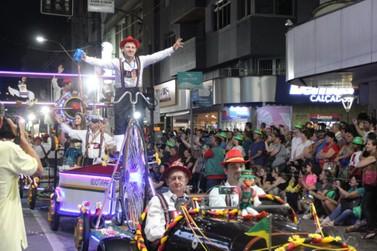 Desfile de abertura da Fenarreco reúne 15 mil pessoas, no centro de Brusque