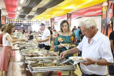 Fenafesteiros já consumiram mais de 5 mil pratos típicos e mais de 50 mil chopes