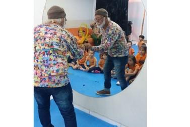 Artista Ivan Cruz visita Sesi Escola de Brusque