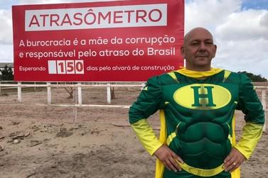 """Com fantasia, Luciano Hang inaugura placa do """"Atrasômetro"""" no Rio Grande do Sul"""