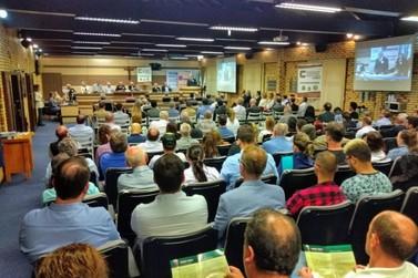 Conferência de Pedro Simon reúne autoridades locais, na Câmara de Vereadores