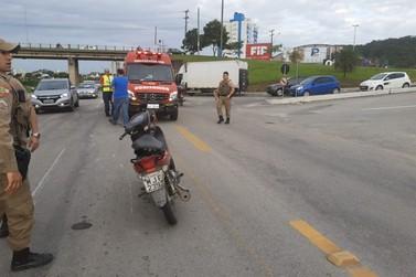 Motociclista fica ferida ao colidir com caminhão
