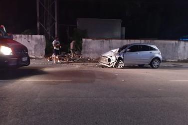 Veículo colide contra muro na Otto Renaux