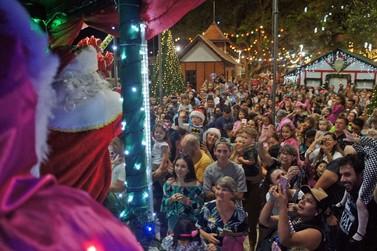 Multidão acompanha chegada do Papai Noel em Brusque