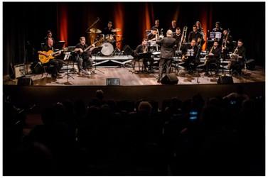 Público lota teatro do CESCB para última apresentação da Big Band Brusque no ano