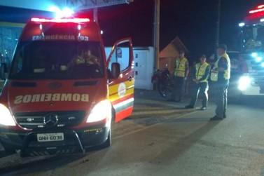 Bombeiros atendem acidente entre carro e moto na Augusto Klapoth
