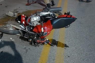 Casal em motocicleta se fere após colisão com carro