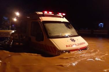 Chuvas; Casa desaba, famílias ficam desalojadas e ruas alagadas