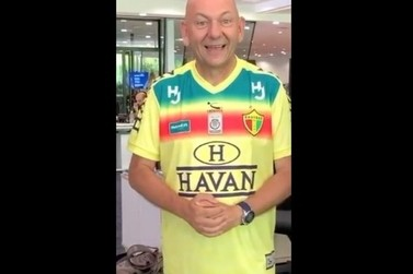 Luciano Hang apresenta novo uniforme de Brusque