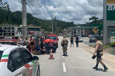 Motociclista colide contra poste e é encaminhado para o Hospital Azambuja