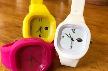Venda de relógios auxilia em tratamentos de saúde e causas sociais pelo país