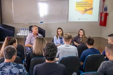 Deputada estadual debate projeto de lei com acadêmicos da Unifebe