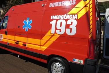 Jovem de 19 anos é levada ao hospital após queda de moto